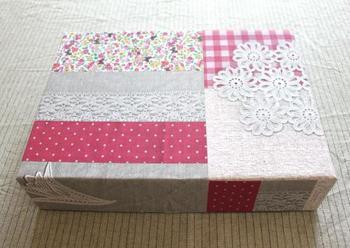 好きな布をプリンターでラベルシートにコピーして、箱に貼っています。簡単にリメイクできて、空き箱がグレードアップ!