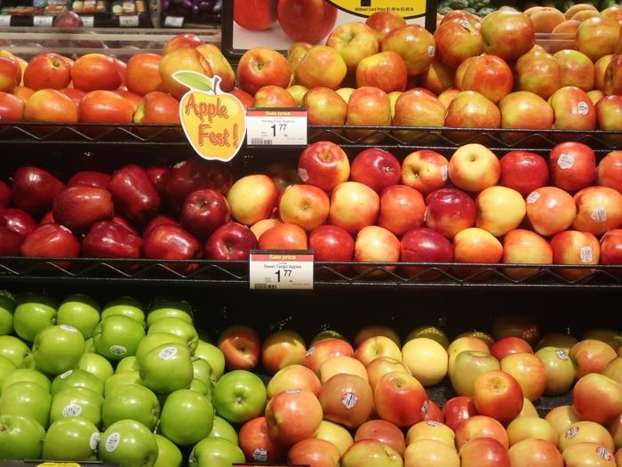 果物や野菜などの食材も充実の品揃え。りんごもこんなにたくさん!