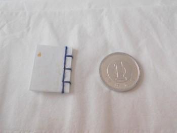 こんなに小さな和綴じの豆本。こっそりメッセージを書いて贈ったり、お人形に持たせてみたり…。 器用な手仕事に感動です。