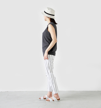 綿麻素材のカジュアルハット。爽やかなホワイトに黒のラインで引き締めています。海などアウトドアレジャーのファッションにぴったりです。