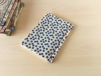 ネパールの手漉き紙「ロクタ紙」を表紙にしたノート。 とても素朴な雰囲気で、手に触れる感触も優しい。 なにか素敵な計画や、やりたいことを綴るノートにしてみたいですね。
