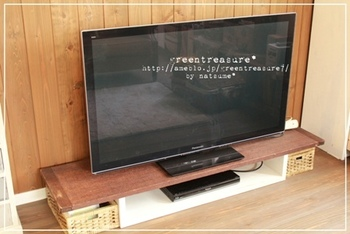 こちらは、ずっと使っていたテレビ台の上に古材を乗せてリメイク。両サイドにかごを置けば、収納もできるアンティーク風のテレビ台に♪
