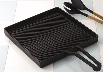 波打つようなグリルの表面がステキ。使えば使うほどつややかな黒に変化し、味わい深い風合いに。しまっておくのはもったいない、飾っておきたくなるグリルパンです。