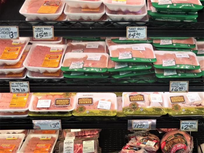 お肉や野菜、果物など、安心のオーガニックのものが揃っています。