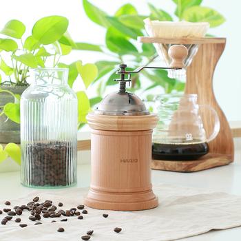 天然木の本体に、挽き味の良いセラミック製の臼を組み合わせた、HARIOのコーヒーミル。カフェ風キッチンにしてくれるポイントの「木調」と「金属の質感」両方を備えた優れもの。使い込むと一層雰囲気を出してくれる逸品に。