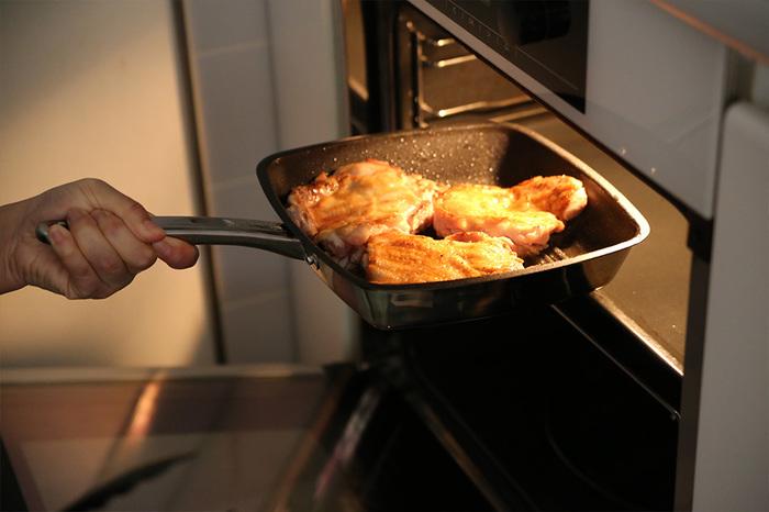 フライパンで焼いたらそのままオーブンへ入れられます。1つの調理器具で最後まで調理ができるので、洗い物も楽ちんですね。