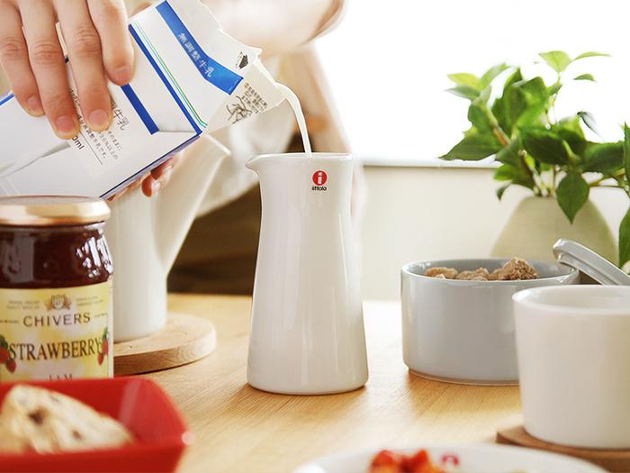 シンプルですらりとしたピッチャーのフォルムは、キッチンでも目をひく存在になります。ミルクやジュースなどを入れて活躍するアイテムです。