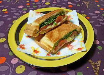 ボリューム満点な定番のBLTサンド。野菜もたっぷりでヘルシー!バウルーで作るときには、具材の水気をよく拭き取って挟むことがポイントですね。