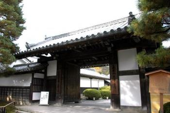 参道の先に建つ玄関門『大門」。  江戸初期建造のこの門は、格式高く、旗本の邸や江戸藩邸等の撮影で良く使われています。