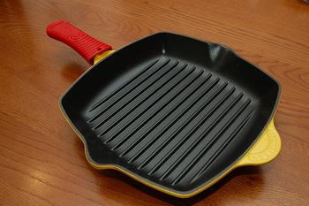 フライパンは縁が浅く蒸気がこもらないので、炒め焼きに向いています。一方グリルパンは、形はフライパンと同じ円形や楕円形、または角形などですが、前述したように凸凹の突起があるのが特徴!