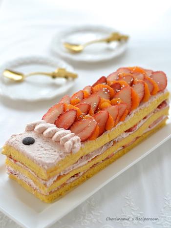 いちごたっぷりの子どもの日のお祝いケーキです。鯉のぼりのうろこの部分のいちごをお子さんと一緒に並べてみてはいかがですか?