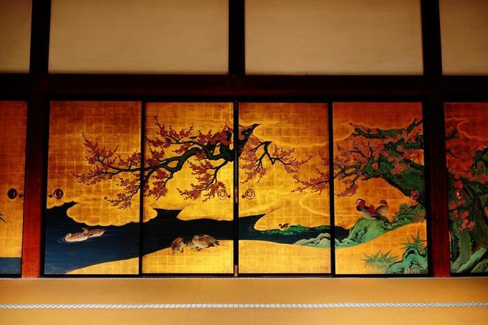 """「宸殿」内部には、牡丹の間・柳松の間・紅梅の間・鶴の間の5つの部屋があり、どれも格式高い設え。特に秀逸なのが、大覚寺の美術品を代表する""""襖絵""""の数々。(画像は、・紅梅の間にある、狩野山楽筆『紅白梅図(複製)』)"""