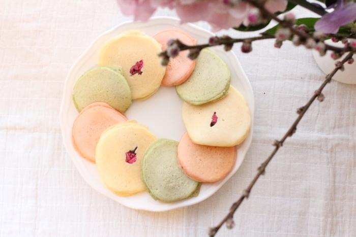 淡く優しい色合いが美しいひな祭りのパンケーキです。桜の花びら漬けをのせたら春らしいおやつの出来上がり!