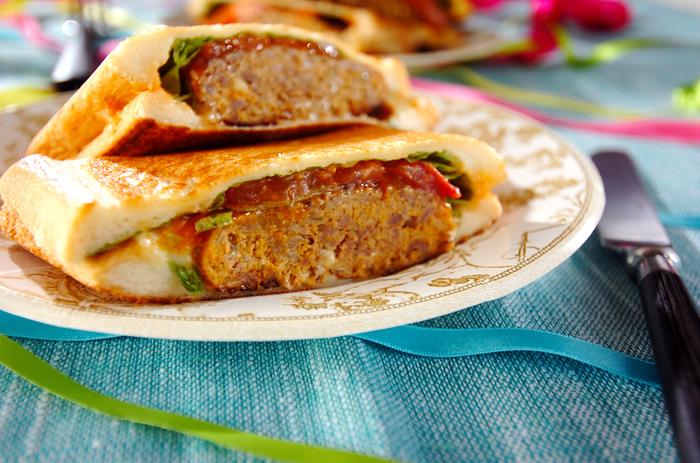 ホワイトソースにハンバーグも入ったボリューミーなホットサンド。肉だねに牛肉の細切りを加えて、食べ応えをアップさせています。ビールにも合いそう!