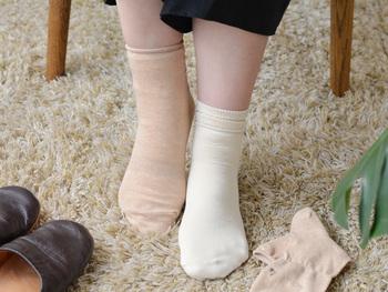 半身浴の状態を常に保つために靴下を重ね履きします。基本は4枚でシルクの靴下と天然素材の靴下を順番に重ねます。 1枚目に絹の靴下を履くことで、身体中の毒素を外へ排出しやすくしてくれます。 絹→綿→絹→綿・・・という風に交互に履く感じです。4枚重ねが効果的といわれています。