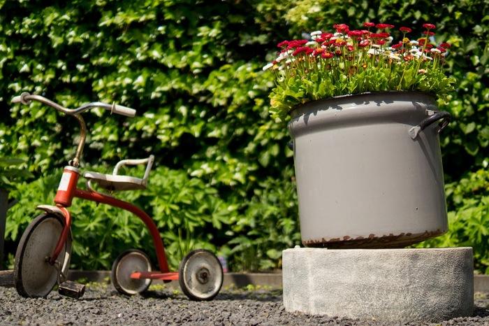 使わなくなったお鍋を植木鉢がわりに使ってみてもいいかも。お子さんの三輪車でさえ立派なエクステリアの一部です。