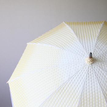 その高い技術を傘生地に活かし、生地に防水・撥水する技術を施した、これまでにない「先染めの傘生地」を生産しています。