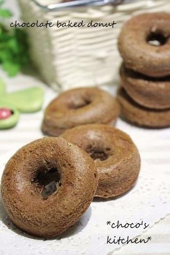 しっとりとしたチョコ風味の焼きドーナツのレシピ。オーブンで焼くので、揚げるものよりヘルシーです。重めで食べごたえ充分!チョコレート好きさんには特におすすめです。