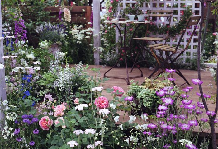 海外のガーデニング雑誌にあるようなナチュラル感あふれるお庭って憧れますよね。でも、何から手をつけたらよいのかわからない…という方は多いはず。このまとめでは、手軽に今すぐ取り入れられそうな素敵なガーデニングのアイデアをご紹介します。