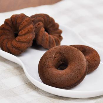 ホットケーキミックスを使えばとっても手軽に作れるドーナツ。特別な型は使わず、オーブンで焼いたりフライパンで揚げ焼きにしてもOK!案外簡単ですよね。安心して食べられるのもうれしい。好みの食感や味を追求したり、デコレーションしてみたり。ぜひお家でドーナツ作りを楽しんでみてくださいね。