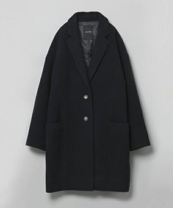 チェスターコートとは丈が膝程度とやや長めのものが定番のコートで、19世紀にチェスターフィールド伯爵が着始めたことが由来だとされています。