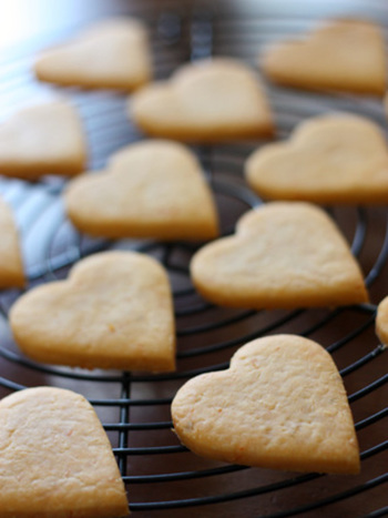 トマトペーストを米粉に混ぜて焼いたクッキーです。ハートに赤い実のつぶ粒がうっすらと入っていてかわいいですね。