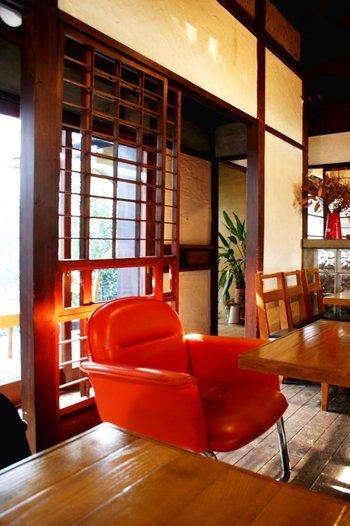 落ち着いた和の空間に、色鮮やかなソファがアクセント。ポイントになる家具を一つ配置すると、部屋全体がとってもお洒落な雰囲気に。さっそく真似したくなる素敵なインテリアです♪