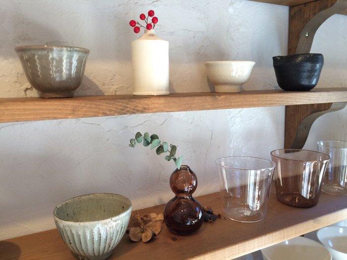 日本の手仕事で作られた道具のみを扱い、陶磁器にとどまらず真鍮、ガラスの製品、カトラリーや焼き網といったものまで幅広く揃っています。