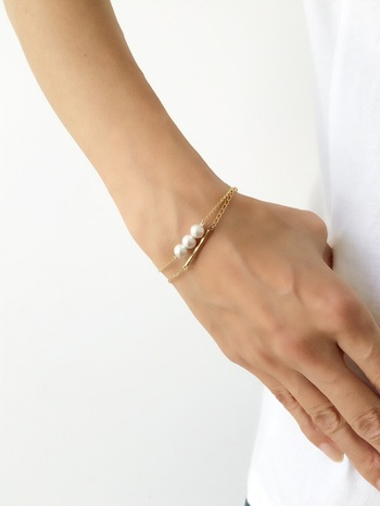 シンプルなコットンパールのブレスレット。 ネックレスと同じように、チェーンに通すだけで簡単に作れます。