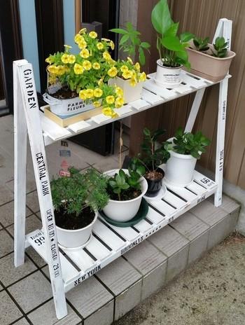 ホームセンターや100均などどこででも手に入るすのこを使って、こんな素敵な花台が作れるそうです。レッツトライ!