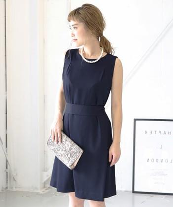 シックなネイビーのドレスに、ホワイトのコットンパールネックレスがよく映えます。