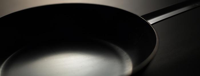 従来の鉄のフライパンには、錆び止めのニスが塗ってありますが、こちらのフライパンにはニスが塗られていません。そのため使用前のカラ焼きも必要なし。