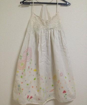 アイデア次第でこんなにかわいいワンピースに♪注目の無印良品の「布描きクレヨン」の魅力をご紹介します。