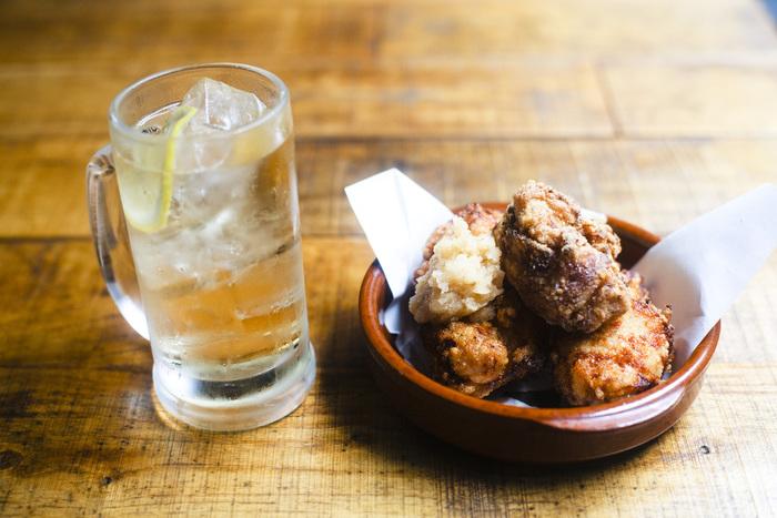 料理は期待を裏切らないような居酒屋らしいおつまみの数々が揃っています。 一番人気はランタン名物の鶏の唐揚げ。まずはビールやハイボールと一緒に「今日もおつかれさま」の一杯から始まります。