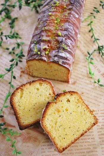 塩レモンを使ったアーモンドの薫りのするパウンドケーキです。あとを引くしょっぱさも魅力なのですが、ぜひ甘いアイシングをかけて、味のバランスを取ってみてくださいね。