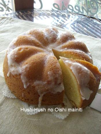 レモンの爽やかさとアーモンドパウダーのコクがクセになる美味しさのパウンドケーキです。ケーキの型でラウンド状にされてもかわいいですね。