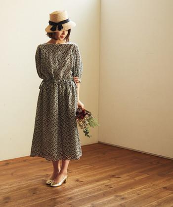 大人女子が柄ワンピを着る場合は、他のアイテムをできるだけシンプルなものにして、ワンピースを主役に♪