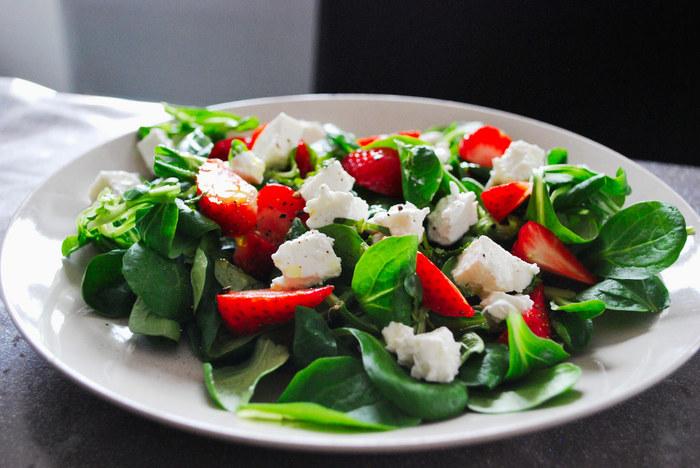 イチゴなど色鮮やかなフルーツを使えば、とってもカラフルでおしゃれなサラダに大変身。ぱっとテーブルが明るくなるので、おもてなしにもぴったりのメニューですよ。