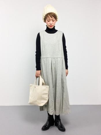 重ね着をすると野暮ったい印象になりがちなタートルネックも、ノースリーブワンピースとならすっきりと着られます。濃色×淡色とコントラストをつけて組み合わせるとバランスがとりやすいです。