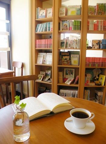 棚にずらりと並べられた本の数々。絵本や文学書だけでなく子どもが退屈しないようおもちゃも揃っており、子どものためのカフェと言っても過言ではなく、子連れでも安心して過ごせるよう配慮されています。