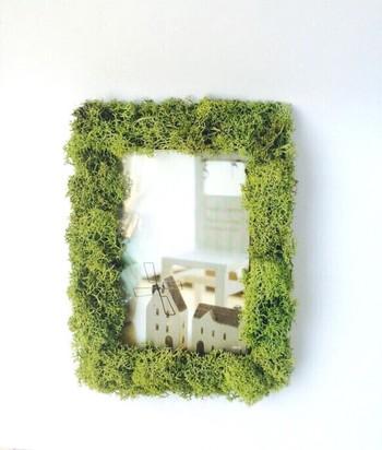 モコモコ感がユニークでかわいい、アイランドモスを貼り付けた作品。フェイクグリーンは少量から購入できるので、気軽に作ることができますよ。