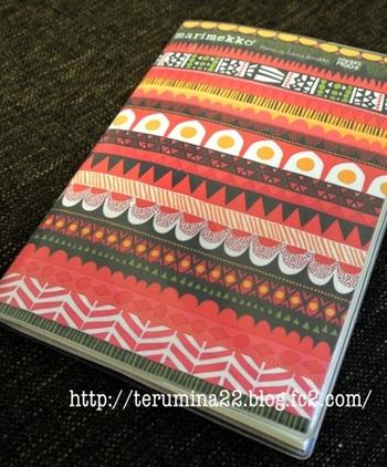 ビニールのカバーがついているタイプの手帳に、印刷したマリメッコを挟んだもの。布や紙を挟むと一気に雰囲気が変わって自分の手帳になりますね。