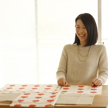 ●Step1● 材料がそろっているかを確認します。(ここでは表布にプリント布、裏布にキルティング布を使用します)  ●Step2● 出来上がり寸法を想定して、布を裁断します。  ●Step3● 表布、裏布それぞれ、かばんの底辺になる部分を縫い合わせます。柄の向きを間違えないように注意してくださいね。  ●Step4● 縫い代を始末したポケット布を裏布の表側に縫い付けます。