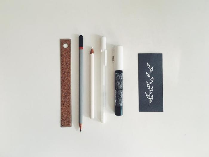まずは手帳を書く時の筆記用具選びから始めましょう。統一したページを作るには、決まったペンで書くのが1番です。書きやすいもの、字が上手く見えるものなどお気に入りを探しましょう。