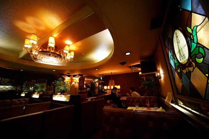 一見ちょっと怪しげな建物ですが、勇気を出して地下へ降りると、まるでタイムスリップをしたかのような別世界が広がります。暗めの照明の中、シャンデリアやステンドグラス、革張りのソファなどが並ぶ、まさに昭和レトロな空間です。