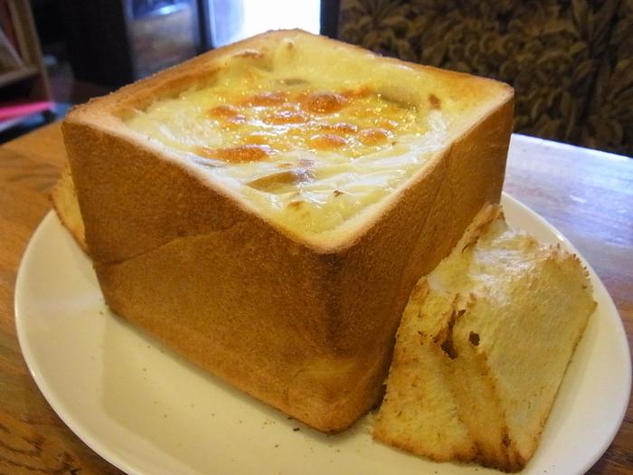 DENのもうひとつの名物が、こちらの「グラパン」です。グラパンは、食パン1斤の中にグラタンをたっぷりと詰め込んだ、ボリューム満点のメニュー。まろやかなグラタンと、ふわふわの食パンの相性が抜群です!
