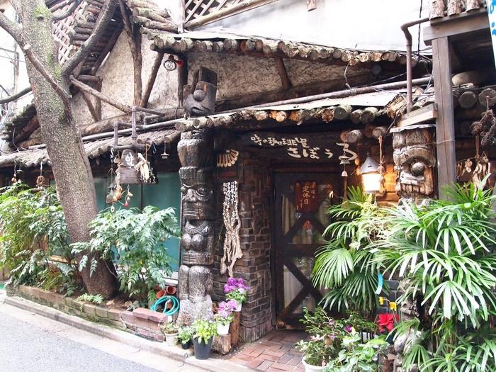 続いてご紹介するのは、1955年に開業した神保町の老舗喫茶店、「さぼうる」です。生い茂る木々と2柱のトーテムポールが印象に残る、個性的な外観。その独特の佇まいから、テレビや映画のロケ地としても度々使用されているそうです。