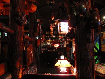 店内は薄暗く、ランプの温かい灯りがテーブルを照らします。