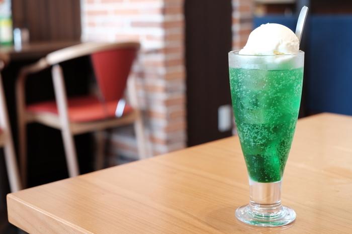 シュワシュワで甘~いクリームソーダ。たまに無償に飲みたくなるときがありますよね。特に、昔懐かしい昭和レトロな喫茶店で飲むと、より気分が盛り上がります。そこで今回は、懐かしのクリームソーダが味わえる都内の素敵な喫茶店をご紹介します。