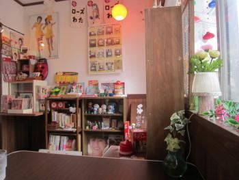 店内には、昔懐かしい昭和の雑貨や雑誌などが盛りだくさん!小物がたくさん並ぶ雑多な雰囲気も、田舎のおばあちゃんの家のようで落ち着きますよね。